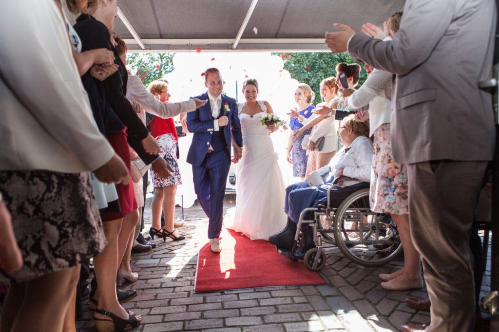 Trouw foto, rode loper over het terras, bruiloft op maat