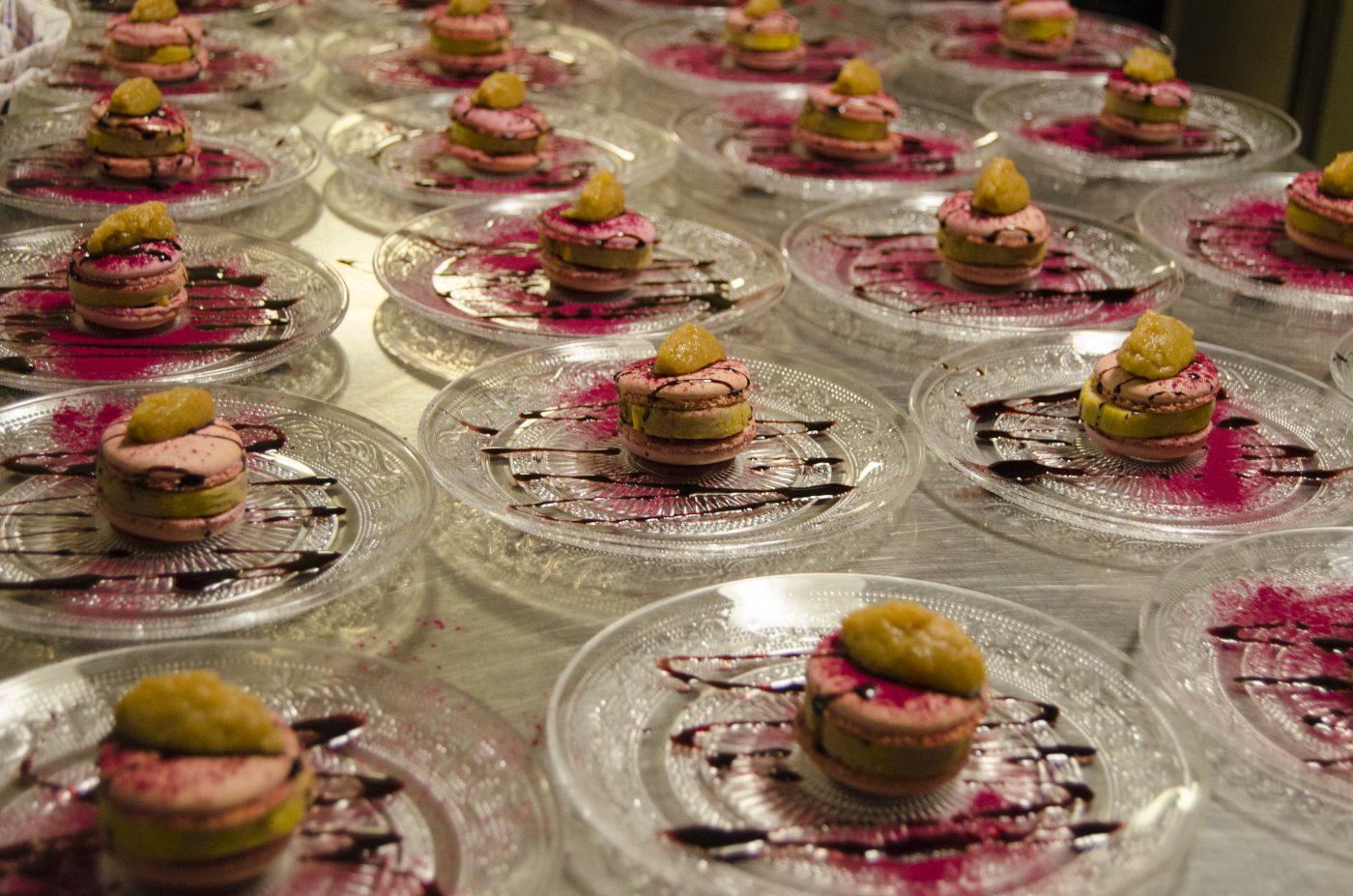 Glazen bordjes, meegeven met Kerst, macaron van rode biet, foie gras, ganzenlever, gebbqde appelcompote, macaron, rode port, rode biet, port stroop