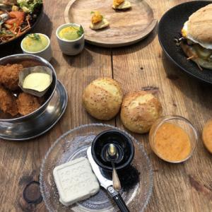 Beekdal lunch, broodjes, botertje, crunchy chicken, houtentafel, bites, lunchgerechten