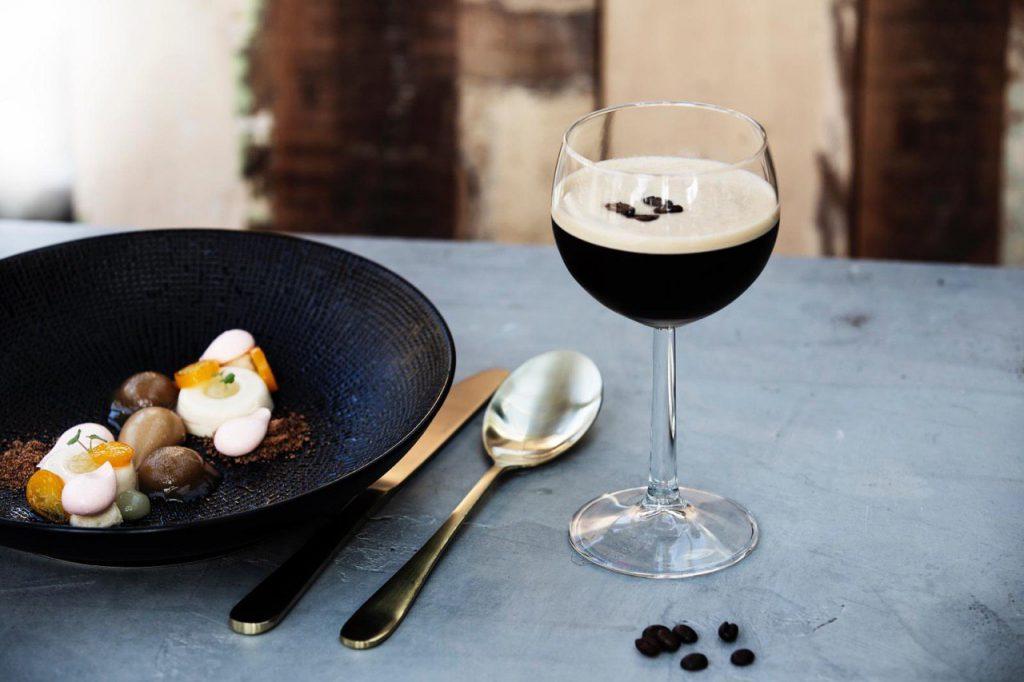 Espresso Martini, foodpairing, gouden bestek, cocktails en comfort food. Luxueus koffie drinken in een ongedwongen sfeer. Speciale koffies, koffie cocktail.